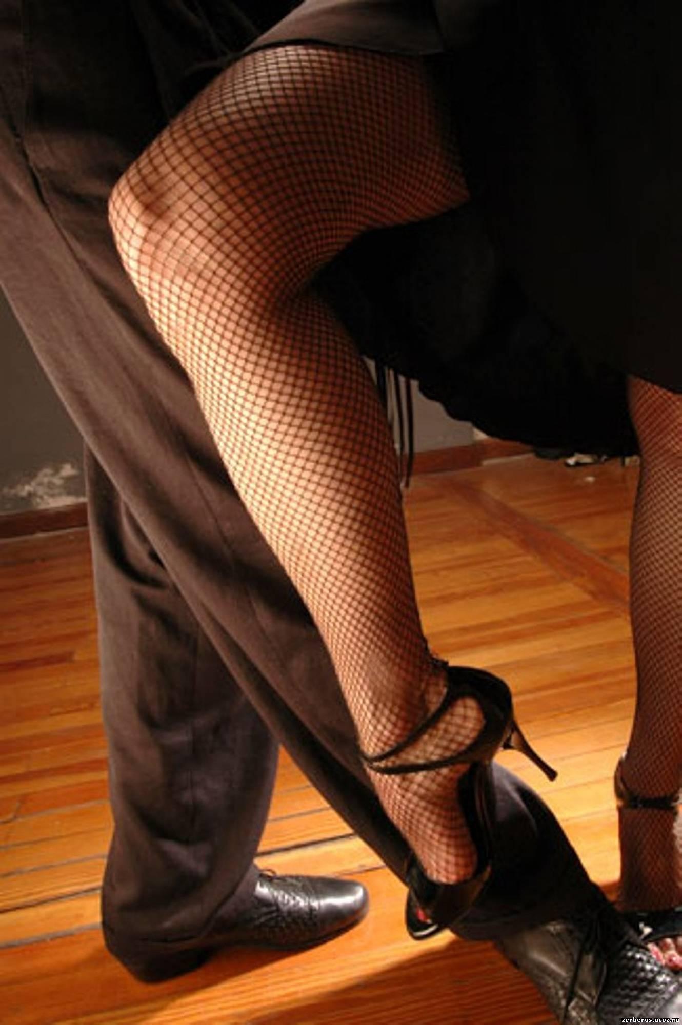 Фетиш покачивание ногой с туфелькой 12 фотография